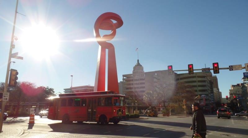 09 - Trolley turistico desfila no centro da cidade - San Antonio, EUA