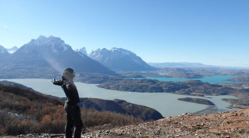 Agradecendo a natureza no Monte Ferrier em Torres del Paina, Patagonia Chilena