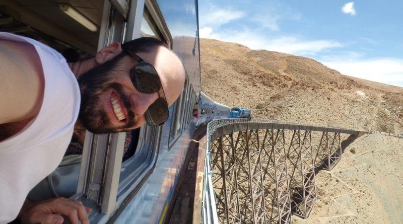 Eu todo pimpão no trem torto em cima da ponte La Polvorilla, Tour Tren a las Nubes