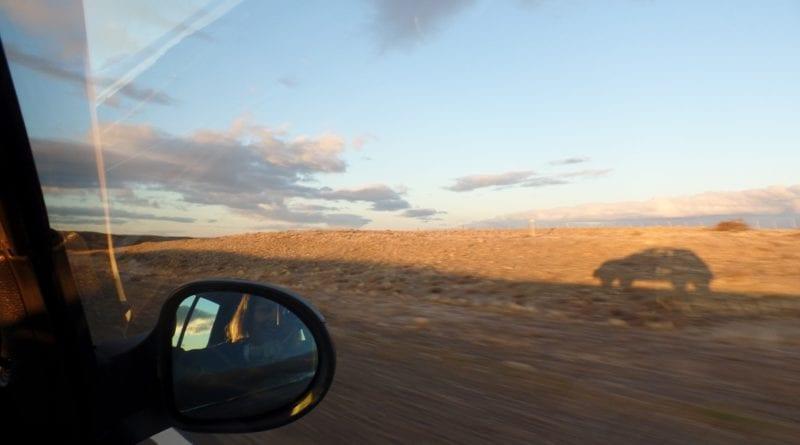 Dirigindo na imensidão do deserto patagônico, Argentina